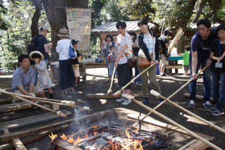 ここ羽根木公園で日常活動している羽根木プレーパークもまつりに参加しています。すぐに焼けるあそぼうパンを。