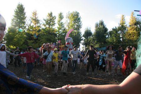 ラストのメインステージ前では、公園の外を練り歩いてきたサンバパレードが、お客さんたちと一緒に踊りました。
