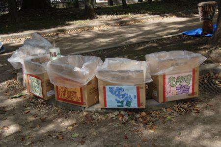 雑居まつりは、ゴミを出さないとりくみを続けています。マイバッグ、マイ食器をお客さんに呼びかけ、手作りの分別ゴミ箱を置いています。