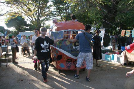 子どもたちも乗れる山車をつくって、仮装して街中をパレードしました。