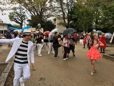 サンバカーニバルやってきました。雨でも踊るよ!