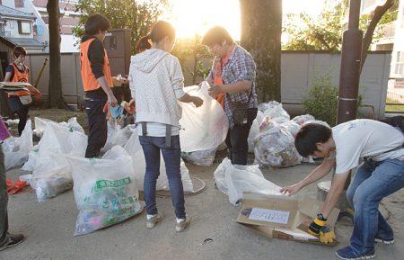 ゴミの分別を、まつりが終わる夕方から開始。分別してリサイクルすればゴミにならない。